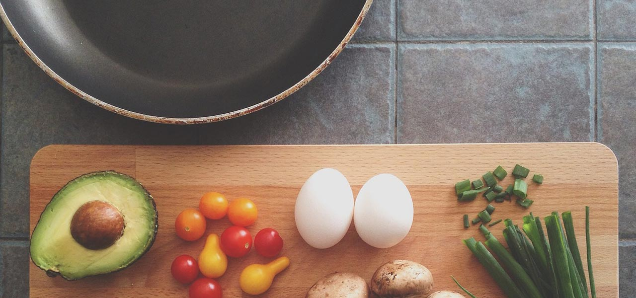 recetas saludables faciles hechas la sartén una tabla con verduras y un sartén de teflón
