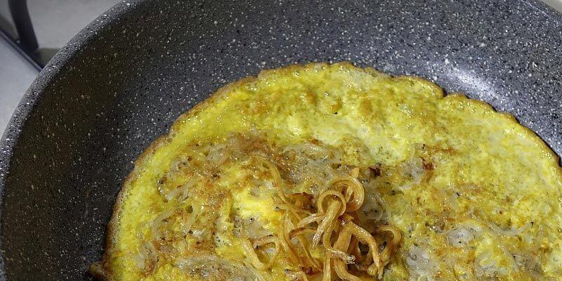 recetas saludables hechas en la sartén, sartén con una tortilla
